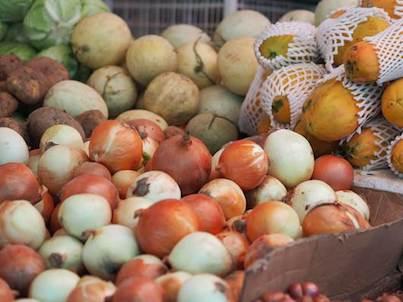 Frische Zwiebeln am Markt