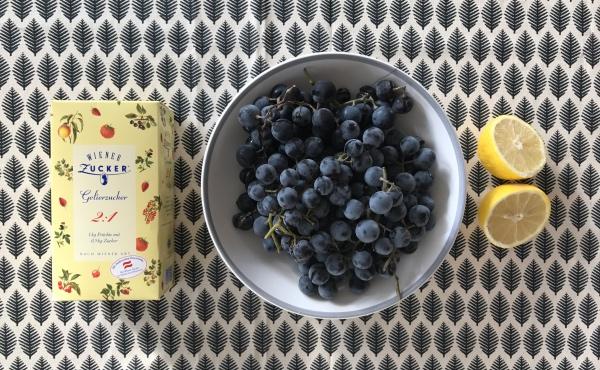 Gelierzucker, Weintrauben und Zitronensaft: die Zutaten für Traubenmarmelade