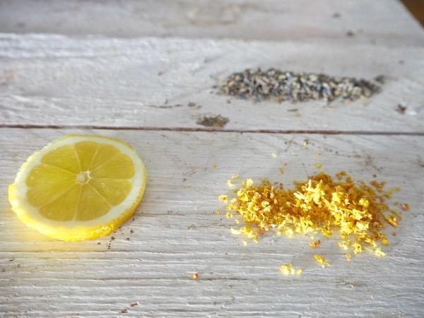 Getrocknete Zitronenschale und Lavendel