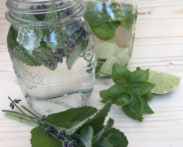 Wasser mit Minz-Lavendel und Basilikum-Limette